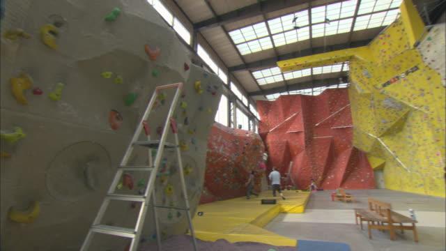 ws pan people practicing climbing on indoor climbing walls / basel, switzerland - レプリカ点の映像素材/bロール