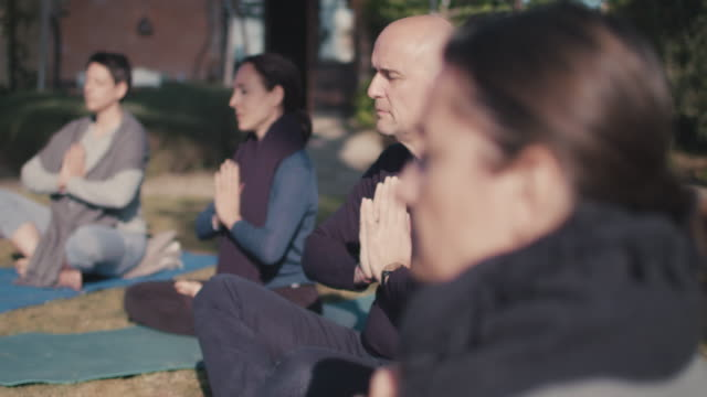 stockvideo's en b-roll-footage met people practicing yoga - mindfulness