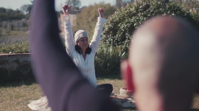 stockvideo's en b-roll-footage met people practicing yoga - menselijke arm