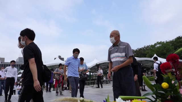 vídeos de stock e filmes b-roll de people pray at the peace memorial park in hiroshima japan on 6 august 2020 hiroshima marks the 75th anniversary of the us atomic bombing which killed... - arma de destruição em massa