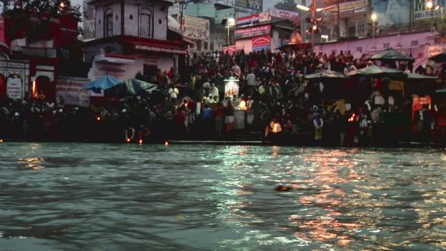 vidéos et rushes de ws zi people praying at bank of river ganges / haridwar, uttarakhand, india - châle