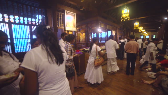 stockvideo's en b-roll-footage met people praying at shrine of buddha tooth relic temple at kandy, sri lanka - sri lankaanse cultuur