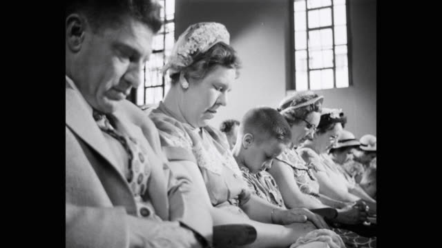 vidéos et rushes de people praying in church - religion