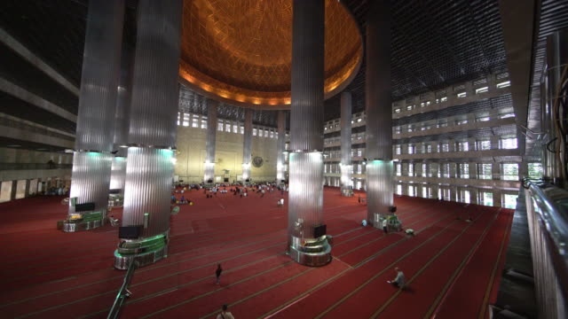 people praying in istiqlal mosque, jakarta, indonesia - indonesian culture stock videos & royalty-free footage