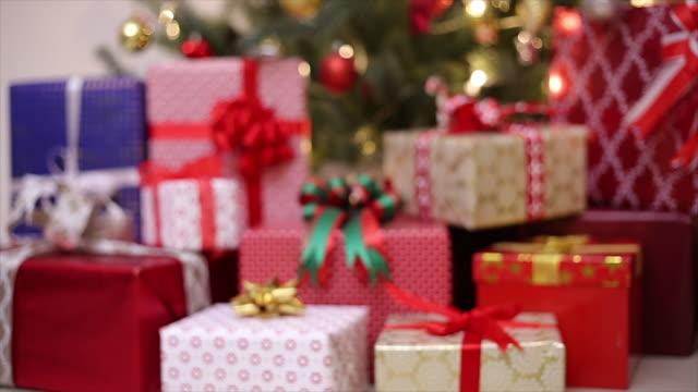 人々のクリスマスプレゼント - 贈り物点の映像素材/bロール