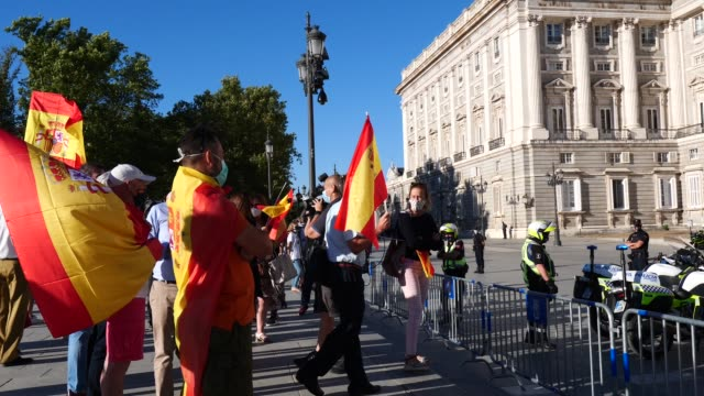 people protest against the government by raising spanish flags at the tribute to the victims of the coronavirus outside the royal palace on july 16,... - tribute event stock videos & royalty-free footage