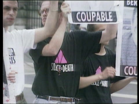 vídeos de stock e filmes b-roll de people protesting about blood supplies being contaminated by hiv virus - retrovírus