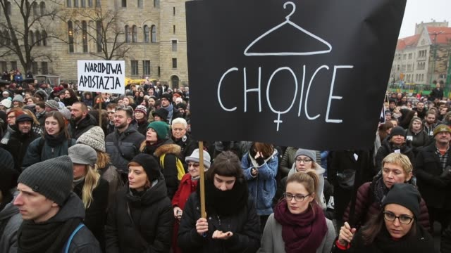 vídeos de stock, filmes e b-roll de people protesting against a new government measure to further restrict abortions in poland march as part of 'black friday' demonstrations nationwide... - polônia