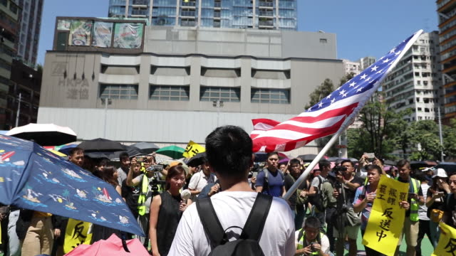 vidéos et rushes de people protesting at streets on mong kok district hong kong china on monday aug 5 2019 - mong kok