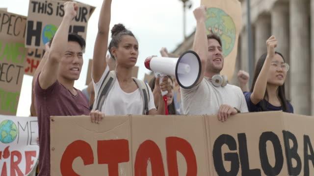 folk som protesterar på gatan - mellanstor grupp av människor bildbanksvideor och videomaterial från bakom kulisserna