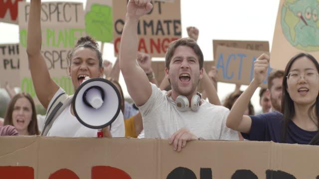 stockvideo's en b-roll-footage met mensen die op straat protesteren - politiek en staatsbestuur