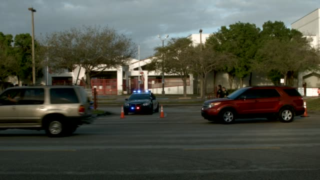 vídeos y material grabado en eventos de stock de people pull into the parking lot at marjory stoneman douglas high school as teachers and staff are allowed to return to the school for the first time... - luto