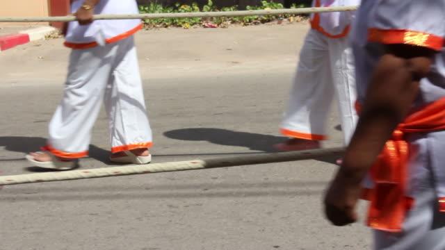 vídeos de stock, filmes e b-roll de pessoas puxando uma corda - vestimenta religiosa