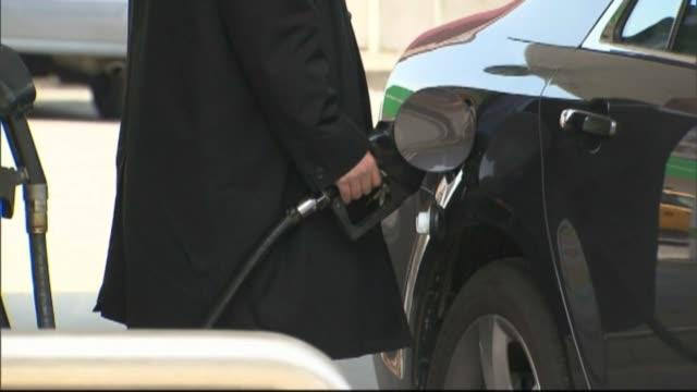 people pumping gasoline at gas station in sacramento. - ガス料金点の映像素材/bロール