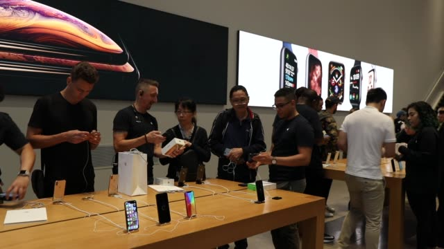 people purchase the new iphone xs and xs max at the apple store in midtown manhattan on september 21 2018 in new york city the two new phones which... - apple computer stock-videos und b-roll-filmmaterial