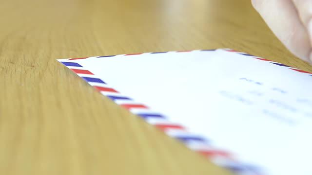 cngloth97 -人でパッティングスタンプ文字とパッケージ - 航空便点の映像素材/bロール