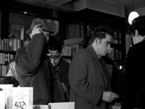 "people queue up to buy copies of ""lady chatterley's lover"" in a london bookshop. 1960. - d.h. lawrence bildbanksvideor och videomaterial från bakom kulisserna"