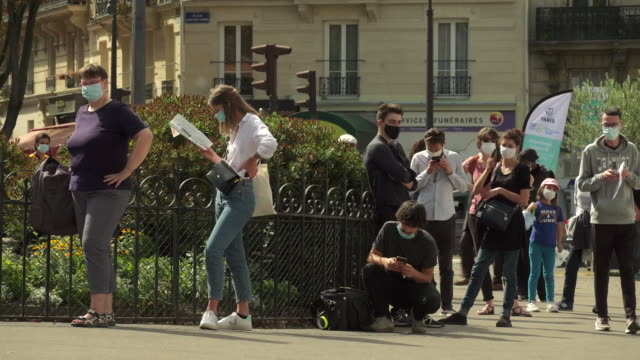 """vidéos et rushes de people queueing for coronavirus testing in paris - """"bbc news"""""""