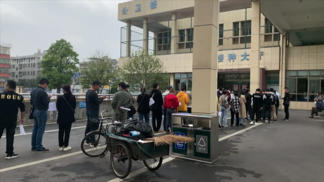 vidéos et rushes de people queuing in yiwu, china for covid-19 vaccine, that is being offered to members of the public for a fee by sinopharm despite not passing phase 3... - chine