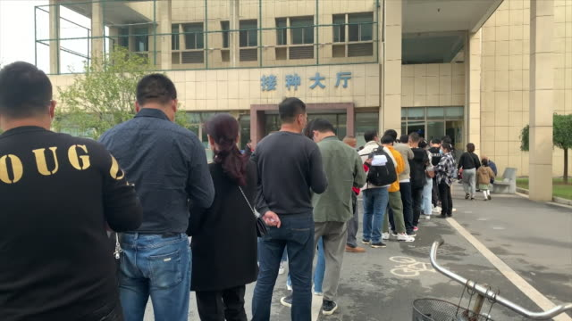 vidéos et rushes de people queuing in yiwu, china, to receive covid-19 vaccine that is being offered to members of the public by sinopharm for a fee, despite not yet... - chine