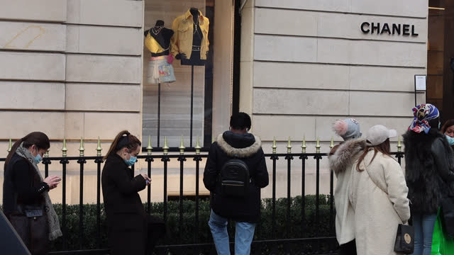 vidéos et rushes de people queuing outside a chanel store, avenue montaigne on the first day of the winter sales opening on january 20 in paris, france. due to the... - boutique