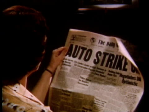 vidéos et rushes de 1951 montage people reading newspapers about auto strike / detroit, michigan, united states - détroit michigan