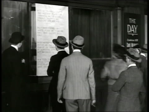 night people reading paper strip news posting outside 'the day' newspaper office 'president's message ready for congressgrounds guarded by soldiers... - mezzo d'informazione video stock e b–roll