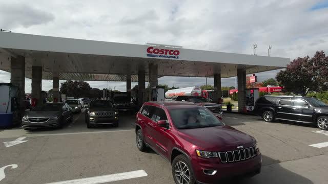 vídeos de stock e filmes b-roll de people refueling at costco gas station in detroit amid the 2020 global coronavirus pandemic. - cadeia de lojas