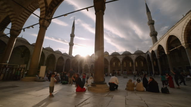 vidéos et rushes de people relax in blue mosque, istanbul, turkey - byzantin