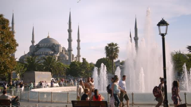 vídeos de stock, filmes e b-roll de people relax in sultanahmet park near blue mosque, istanbul, turkey - turquia