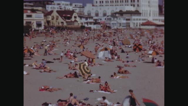 stockvideo's en b-roll-footage met ws pan people relaxing and enjoying on beach / avila beach, california, united states - handdoek