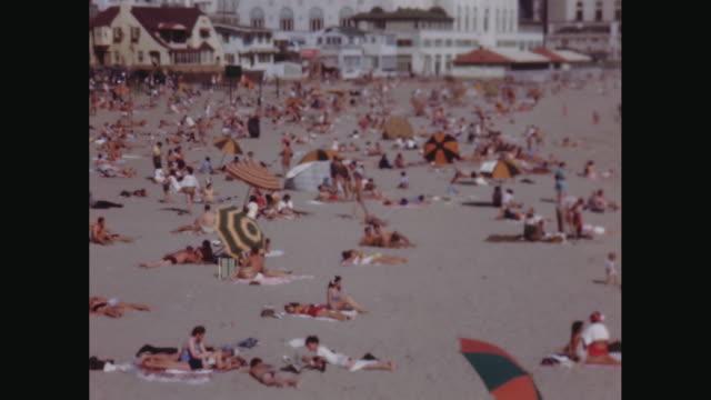 vídeos de stock, filmes e b-roll de ws people relaxing and enjoying on beach / avila beach, california, united states - toalha de praia