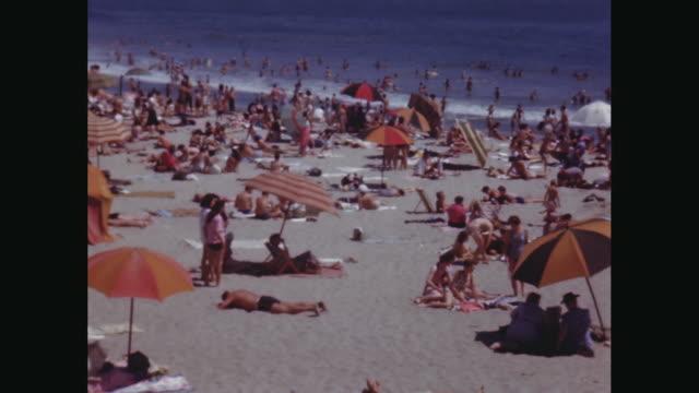 vídeos de stock, filmes e b-roll de ws pan people relaxing and enjoying on beach / avila beach, california, united states - toalha de praia