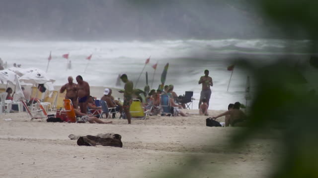 people relaxing and playng at the brava beach - südbrasilien stock-videos und b-roll-filmmaterial