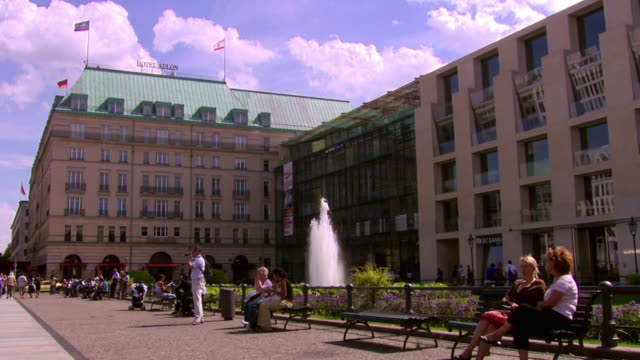 ws people relaxing at pariser platz / berlin, germany - pedestrian zone stock videos & royalty-free footage