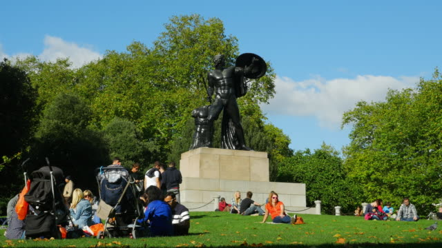 people relaxing at wellington monument in london hyde park (uhd) - hyde park london stock videos & royalty-free footage