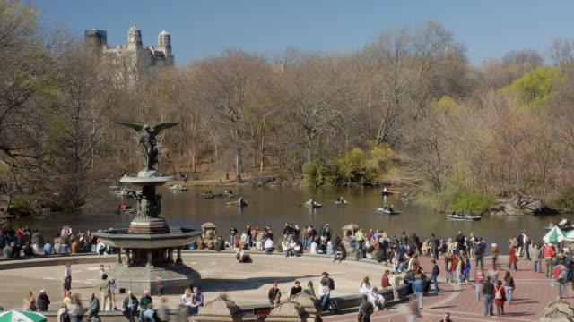 vídeos de stock e filmes b-roll de t/l, ws, ha, people relaxing in bethesda terrace, central park, new york city, new york, usa - fonte bethesda