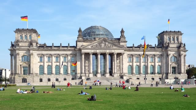 people relaxing in front of berlin reichstag building - davanti video stock e b–roll