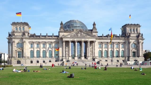vidéos et rushes de gens de détente devant le bâtiment du reichstag de berlin - devant