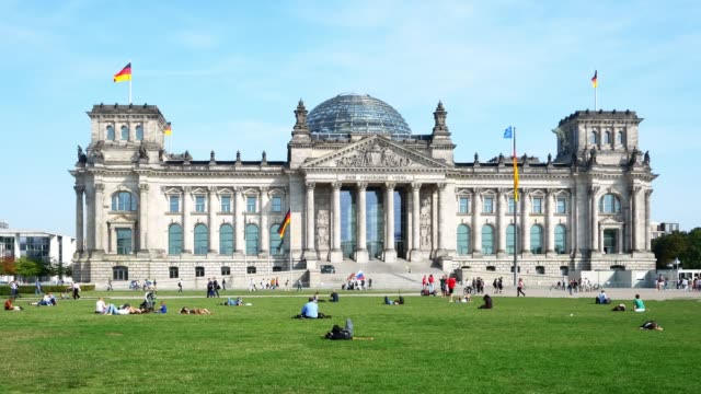 people relaxing in front of the reichstag building in berlin - regierungsgebäude stock-videos und b-roll-filmmaterial