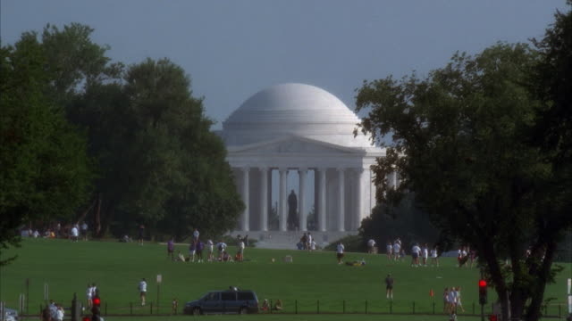 vidéos et rushes de ms people relaxing in front of thomas jefferson memorial, washington, d.c., usa - jefferson memorial