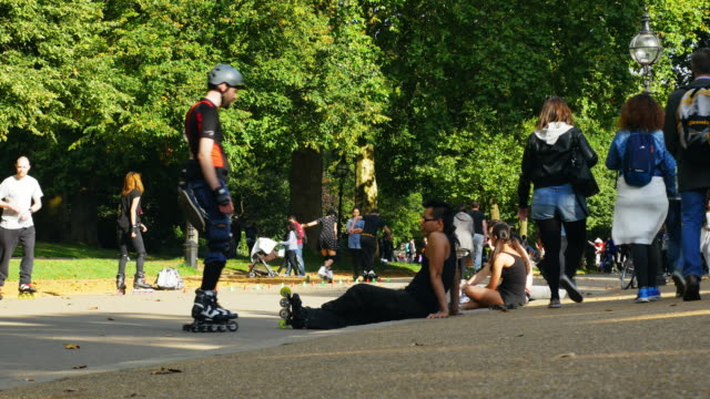 people relaxing in london hyde park (uhd) - hyde park london stock videos & royalty-free footage