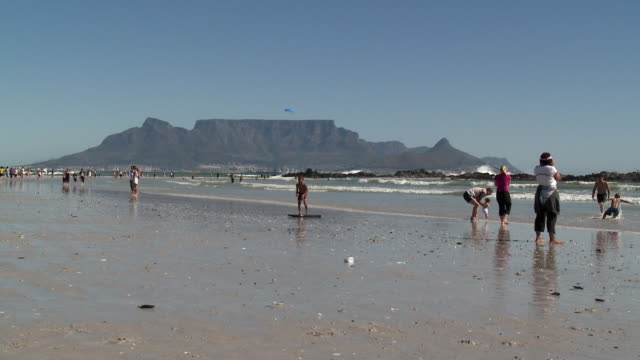 WS People relaxing on Blouberg beach, Table Mountain in background, Cape Town, Western Cape Province, South Africa