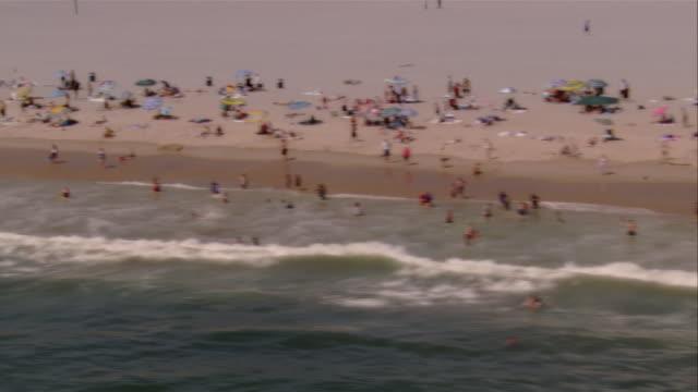 vídeos de stock e filmes b-roll de aerial people relaxing on santa monica beach, santa monica, california, usa - pacífico norte