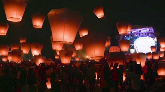 ws people releasing sky lanterns during festival - chinesisches laternenfest stock-videos und b-roll-filmmaterial