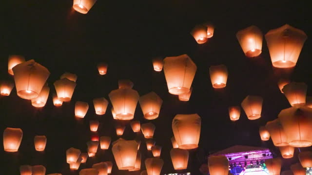 ms people releasing sky lanterns during festival - chinesisches laternenfest stock-videos und b-roll-filmmaterial