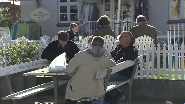 stockvideo's en b-roll-footage met people rest on a cafe terrace. - pauze nemen