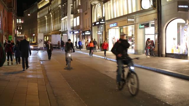 persone in bicicletta in città zona praga città - sezione centrale video stock e b–roll