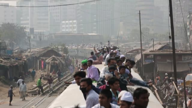 stockvideo's en b-roll-footage met people ride on train to attend 'biswa ijtema' the second largest religious gathering of muslims in the world in tongi town of dhaka bangladesh - pelgrim