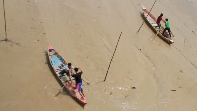 people ride ''sampan leper'' a kind of boat sliding on the mud on august 3 2019 in indragiri hilir regency riau province indonesia ''sampan leper''... - sampan stock videos & royalty-free footage